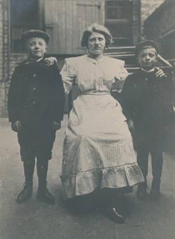 Mutter mit Söhnen