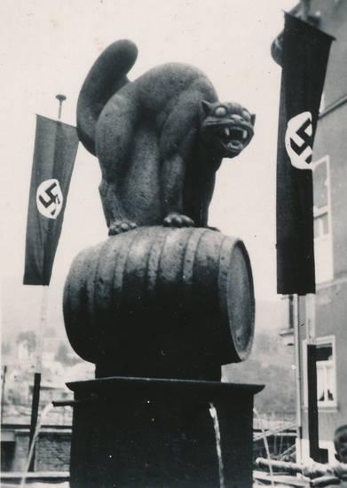 Brunnen, fahne, Fass, flagge, hakenkreuz, Katze, Mosel, Moselwein, Nationalsozialismus, NS-Zeit, schwarze katze