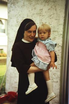 Schwester mit Kind