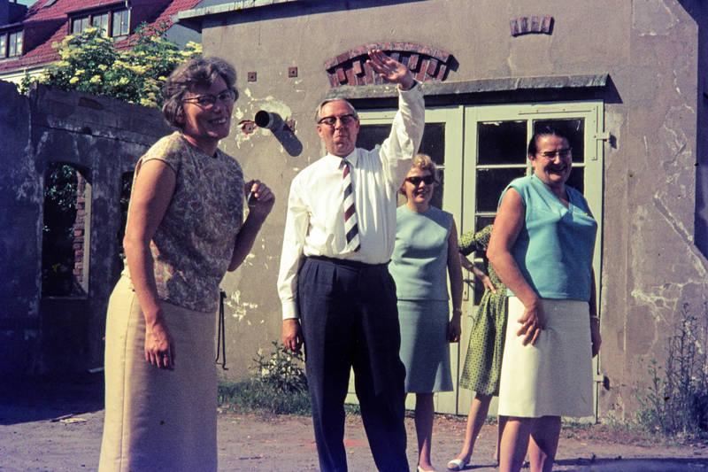 blumen, gestreifte Krawatte, Hand, haus, Hinterhof, Hof, lachen, mauer, Röcke, Schutz, Sonne