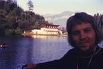 Ein Mann an einem See