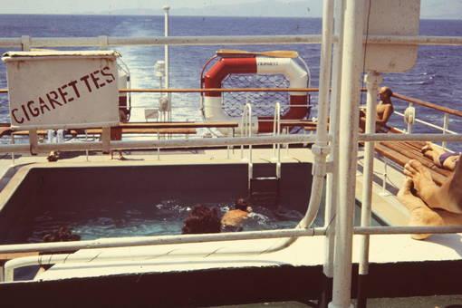 Pool und Zigaretten an Deck