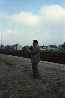 Ein Mann am Bahnsteig