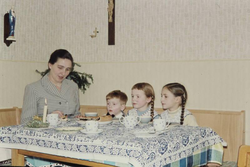 Geschirr, Geschwister, Kerze, kuchen, Mutter, tisch, Tischdecke, Weihnachten, Zopf