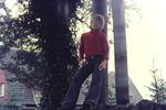 Ein Mädchen am Baum