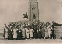 Vor einem Denkmal