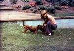 Ein Mädchen mit Hund