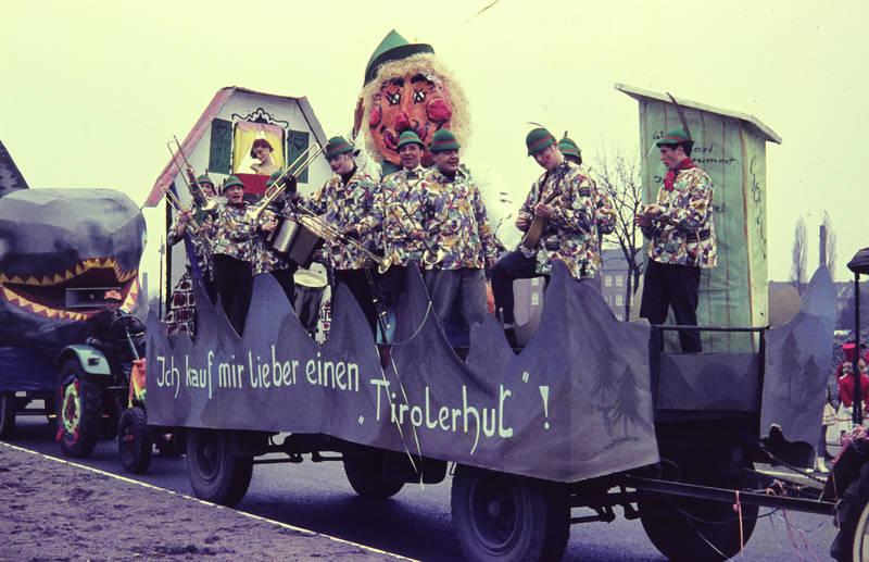Bund, instrumente, karneval, KFZ, man, Mottowagen, tiroler, veranstaltung, wagen