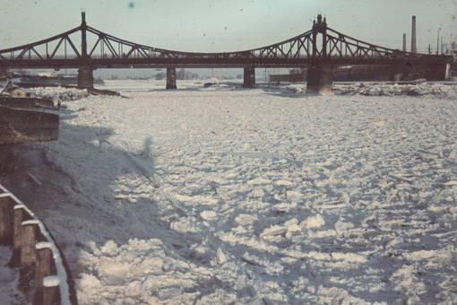 Fluss voll Schnee