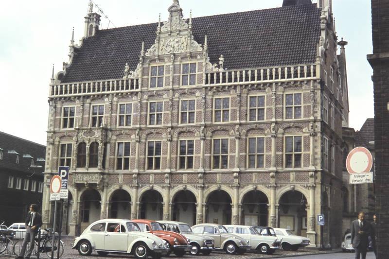 auto, bocholt, fahrrad, Historisches Rathaus Bocholt, KFZ, Parkplatz, PKW, Rathaus, renault-r4, Verkehrsschild, VW-Käfer