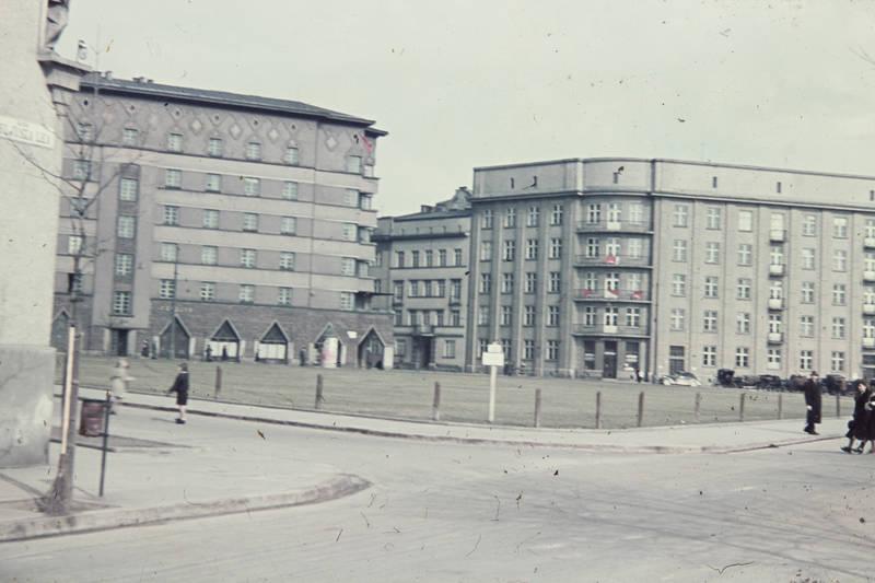 Architektur, Balkon, flagge, Fußgänger, haus, Invalidenplatz, kinder, Krakau, Kraków, Kreuzung, Mülleimer, Plac-Inwalidów, Polen, Pomoroska, straßenschild, wiese