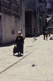 Frau mit Haube