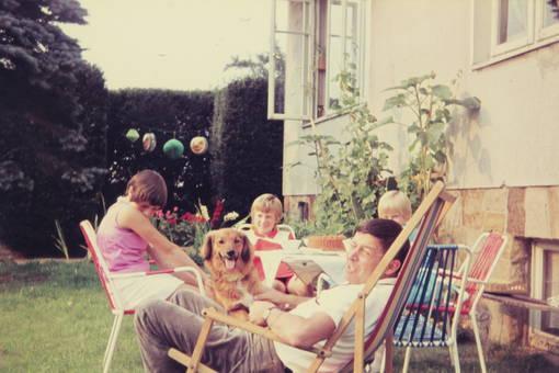 Sitzen am Gartentisch
