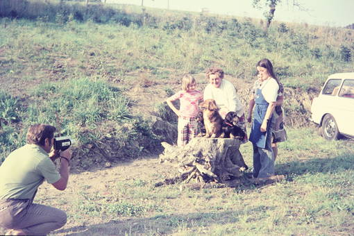 Mann filmt Familie