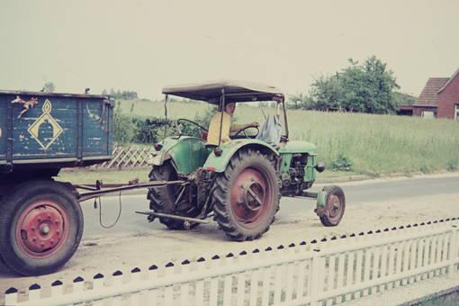 """Traktor zieht """"Progasanhänger"""""""