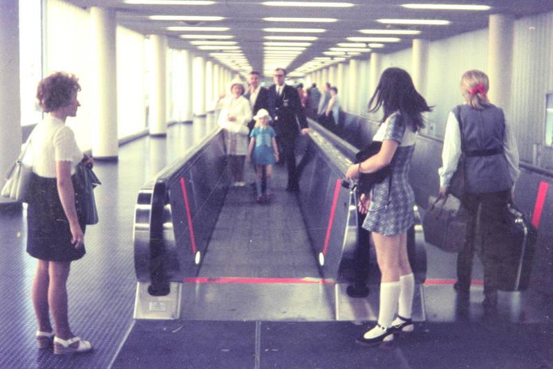 begleitung, fliegen, Flughafen, Gepäck, minirock, Rolltreppe, urlaub, Warten