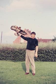 Mann hält einen Adler