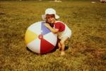 Kleines Kind, großer Balll