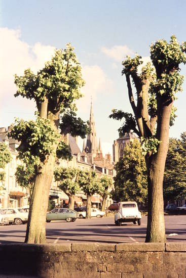 auto, baum, bretagne, Citroën 2CV, citroen-gs, guingamp, KFZ, kirche, Notre-Dame de Bon-Secours, Parkplatz