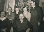 Gruppenbild vor Weihnachtsbaum