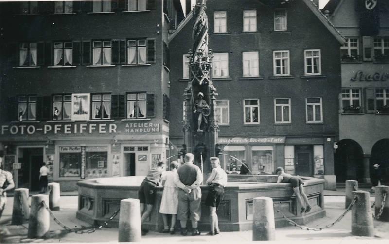 Atelier und Handlung, Brunnen, Düsseldorf-Eller, Fischkastenbrunnen, Foto-Pfeifer, Marktplatz, Neogotik, Platz, Syrlin, Syrlinbrunnen, Ulm, wasser