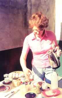 Kaffee und Rosinenbrötchen
