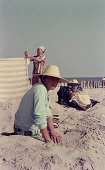 Mit Strohhut im Sand