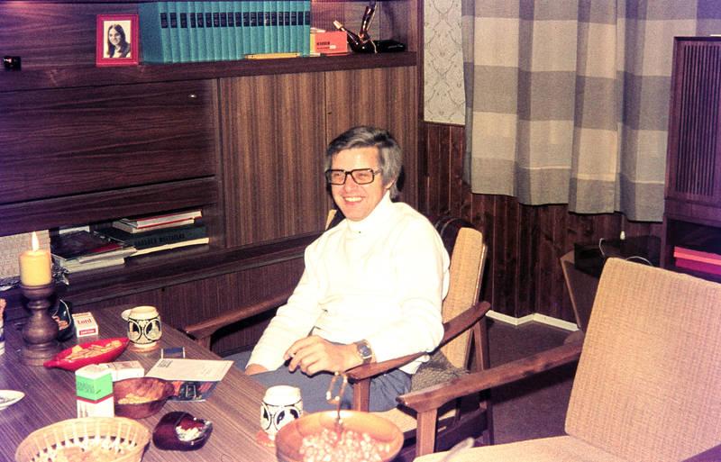 Brille, rauchen, Schrankwand, tisch, wohnzimmer, zigarette
