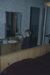 Mädchen im Elternschlafzimmer