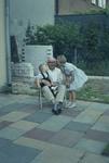 Mit Opa im Garten