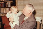 Mann mit Kleinkind