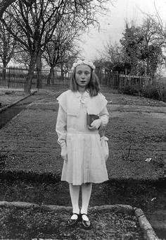Kommunionkind im weißen Kleid