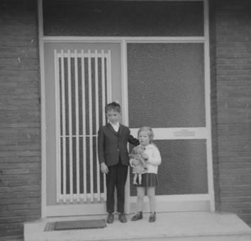 Kinder vor einer Haustür