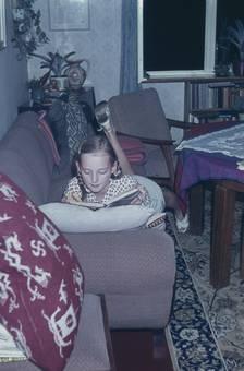 Auf der kratzigen Couch