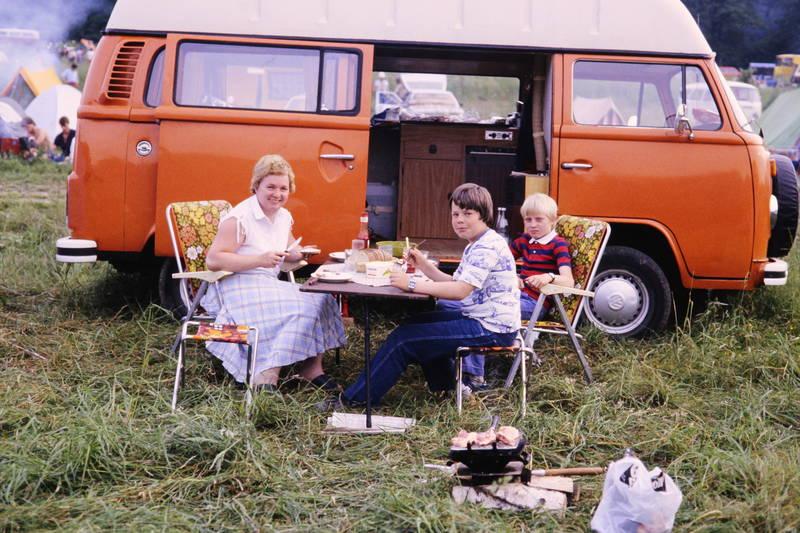 Bulli, camping, Campingplatz, essen, grill, KFZ, Klappstuhl, mahlzeit, tisch