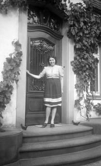 Frau vor Hauseingang