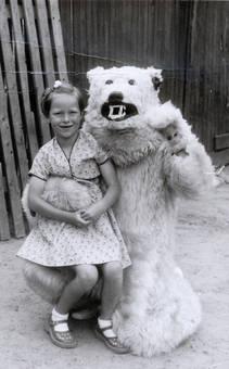 Mädchen mit Eisbär