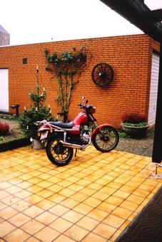 Motorrad auf der Terrasse