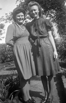 Zwei Frauen in Kleidern