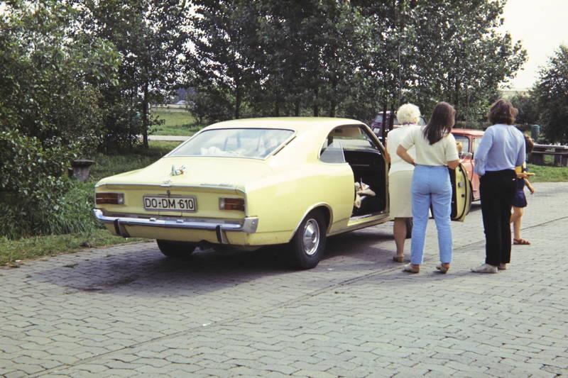 auto, Bank, Bäume, Clogs, Hemd, hose, KFZ, mode, Opel, Opel Rekord C Coupé., pflastersteine, PKW, Rastplatz, reise, rekord-c, rock, T-Shirt, tisch, urlaub