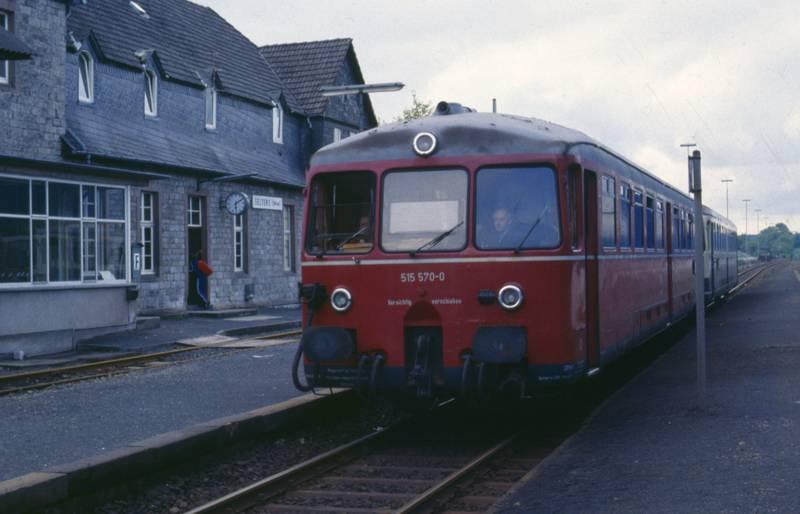Akkumulatoren-Triebwagen, bahnhof, Bahnhofsuhr, busfahrer, DB515, Schienen, Schienenbus, Selters