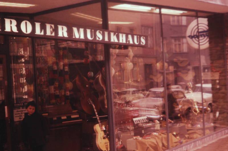 Gitarre, instrument, musikhaus, musikladen, schaufenster, spiegelung