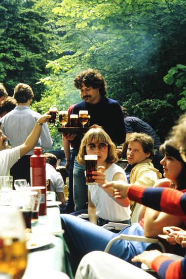Bier, diebels, feier, Gartenparty, getränke, ketchup, könig pilsener, Schnurrbart, sonnenbrille, tablett, tisch