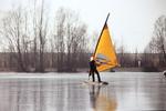 Mit Segel übers Eis