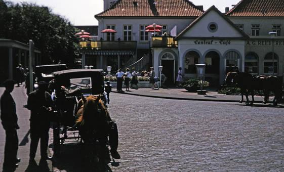 Pferdekutsche vor einem Café