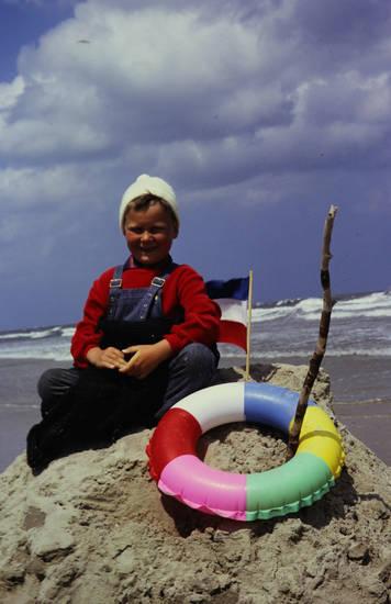 fahne, flagge, Kindheit, meer, Sandburg, Schwimmreifen, Stock, strand