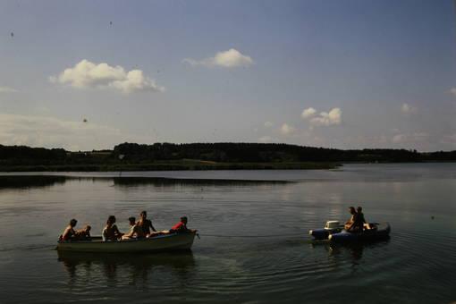 Schlauchboot zieht Boot