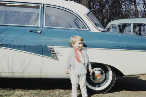 Kleines Kind, großes Auto