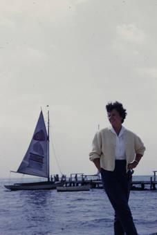Segelboot im Hintergrund