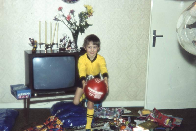 Adidas, ball, Fernseher, fußballtrikot, geschenk, geschenke, Kindheit, Schuhkarton, trikot, wohnzimmer